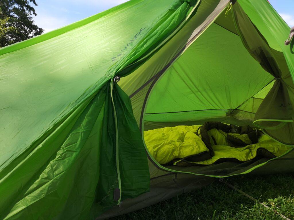 Tält med sovsäck inuti